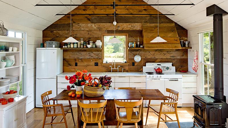 Обустройство кухни в деревянном доме
